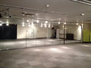 大きな鏡があるイベント会場