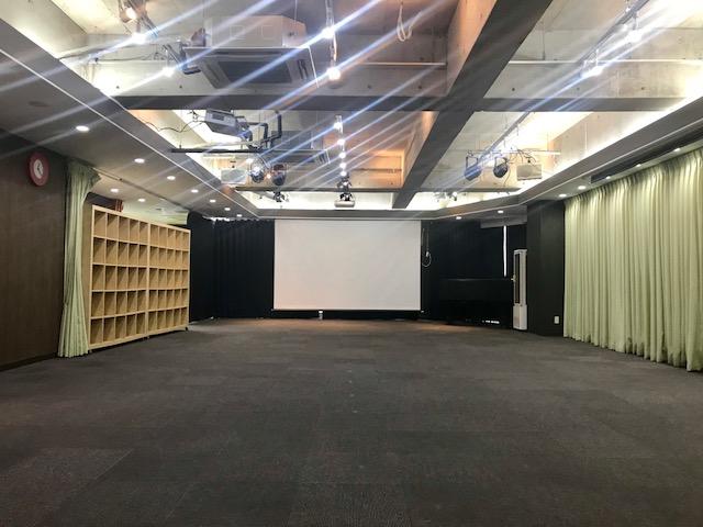 秋葉原ハンドレッドスクエア倶楽部 100席 映画の上映会ができる貸し会議室 レンタルスペース 室内写真